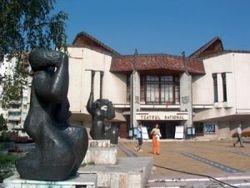 În aşteptarea premierei de joi, ce deschide stagiunea, Teatrul Naţional din Târgu Mureş a scos din clădire cinci containere de gunoi