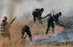 Incendiul de vegetaţie uscată care a izbucnit, aseară, pe un teren de aproape şase hectare de la ieşirea din localitatea braşoveană Racoş a fost stins după o intervenţie a pompierilor care a durat circa cinci ore.