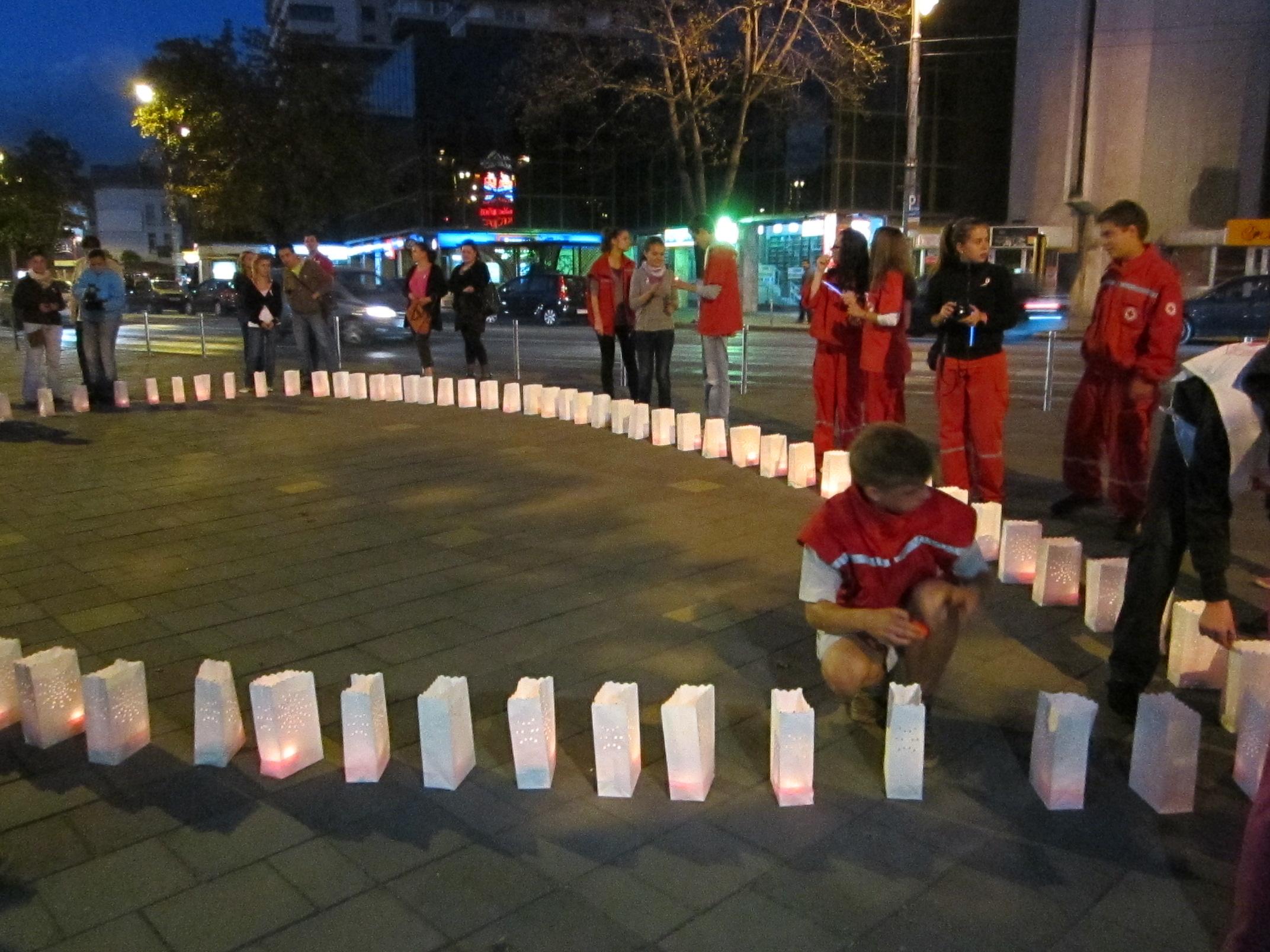 """Zeci de lampioane au fost aprinse în această seară în centrul Tîrgu-Mureşului într-o acţiune a Asociaţiei """"Destine Comune"""""""