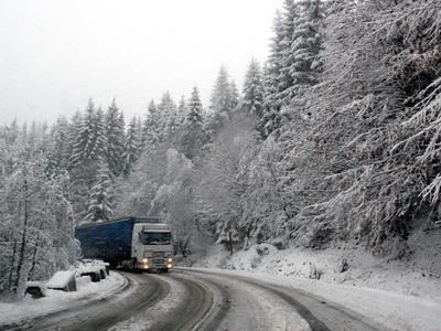 Circulaţia pe unele din drumurile aflate în zonele înalte alte judeţului Harghita se desfăşoară în condiţii de iarnă, în urma ninsorilor căzute în noaptea trecuta.