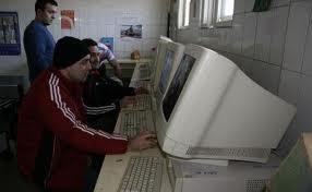 Deţinuţi dar şi angajaţi ai Penitenciarului din Târgu-Mureş au beneficiat de cursuri de folosire a calculatorului şi prelucrare de date.