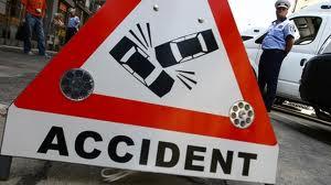 Două persoane au murit şi alte trei au fost rănite uşor, după ce un autoturism nu a acordat prioritate şi a fost lovit în plin, aseară, pe DN1, la ieşirea din Ghimbav spre Codlea, judeţul Braşov, de o altă maşină care circula regulamentar