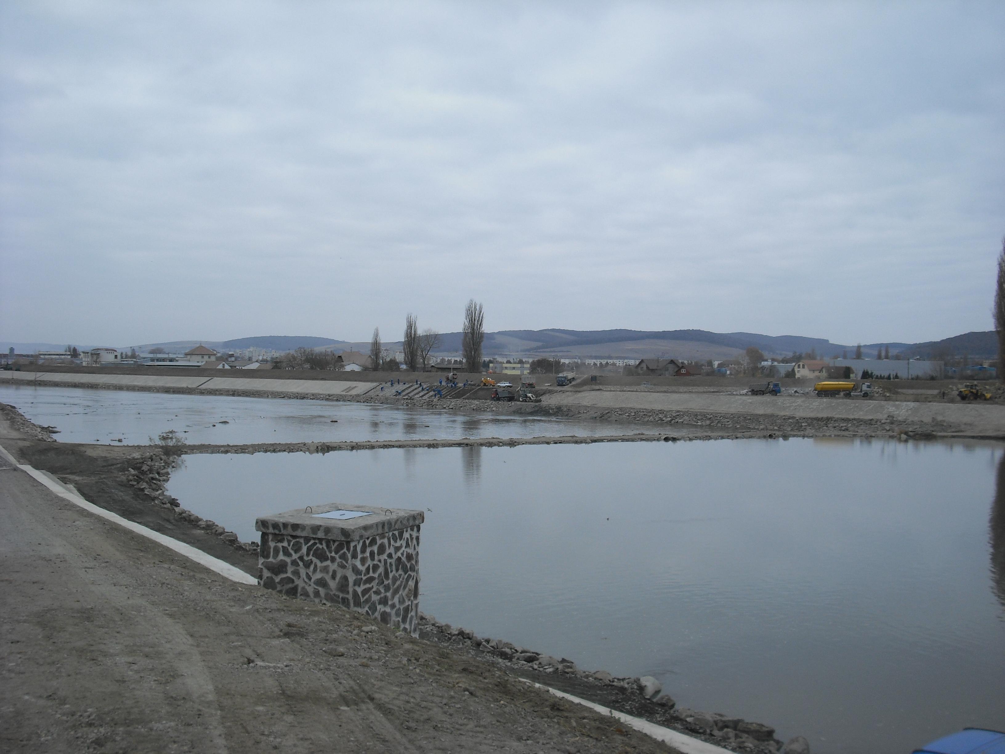 Lucrările de consolidare a digului de pe râul Mureş se apropie de finalizare, au anunţat astăzi ministrul Mediului Borbely Laszlo şi reprezentanţii Administraţiei Bazinale Mureş.