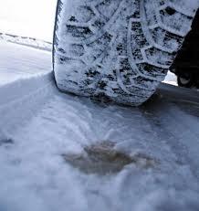 Poliţiştii avertizează că, odată cu primele ninsori, vor verifica dacă maşinile au cauciucuri de iarnă.