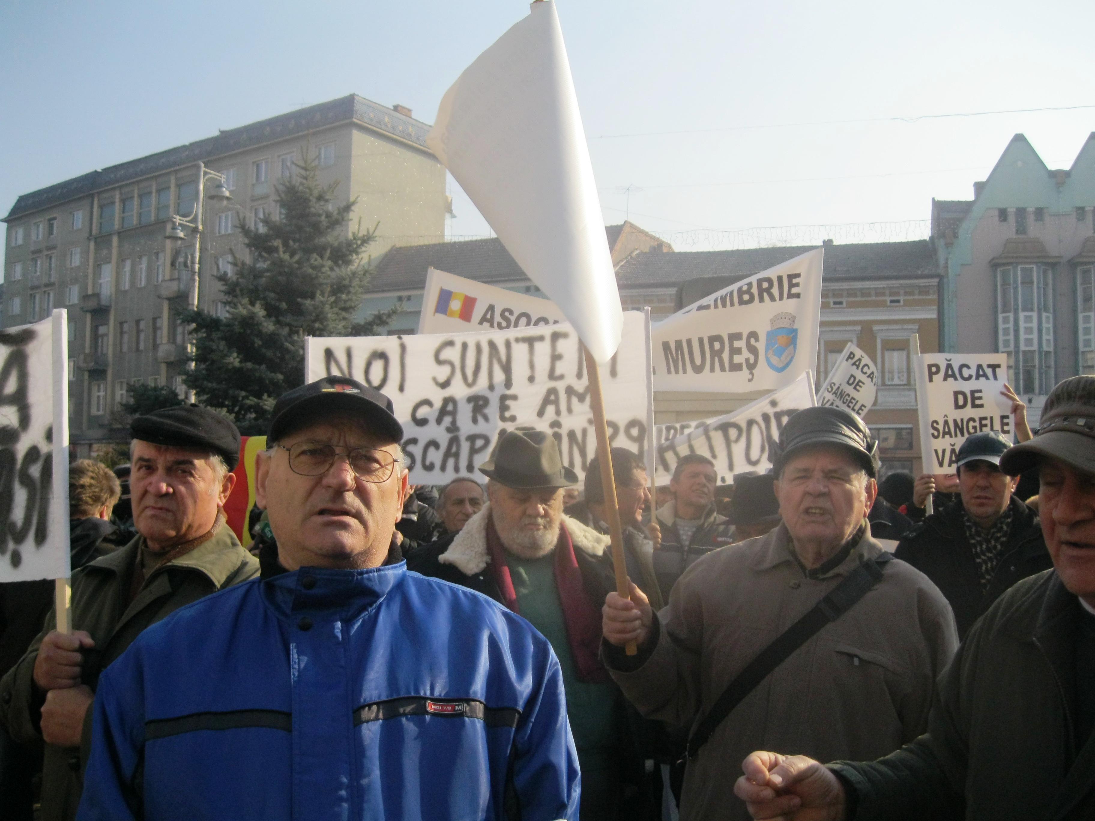 Revoluţionarii mureşeni au protestat azi  faţă de suspendarea plăţii indemnizaţiilor pentru anul viitor.