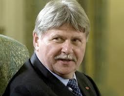 Senatorul UDMR Verestoy Attila a fost transportat, aseară, cu un avion medical de la Cluj-Napoca pentru a fi internat la un spital din Bucureşti, după ce a suferit o fractură de gambă în urma accidentului rutier în care a fost implicat, petrecut în localitatea clujeană Izvorul Crişului