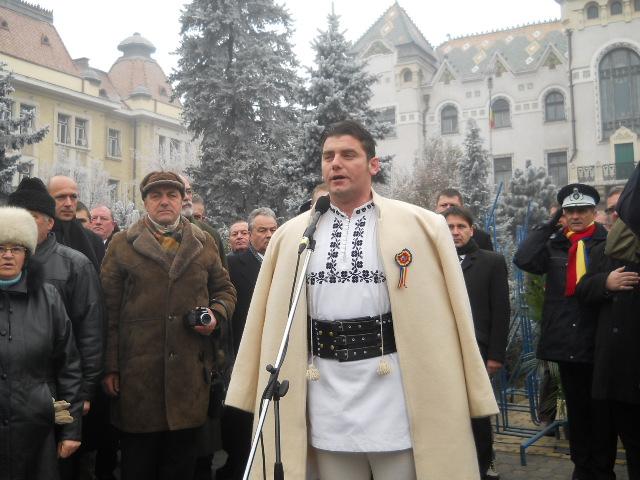 România, La Mulţi Ani! Frigul excesiv nu i-a oprit pe târgumureşeni să iasă, cu mic cu mare, în centrul oraşului, pentru a participa la manifestările dedicate Zilei Naţionale a României.