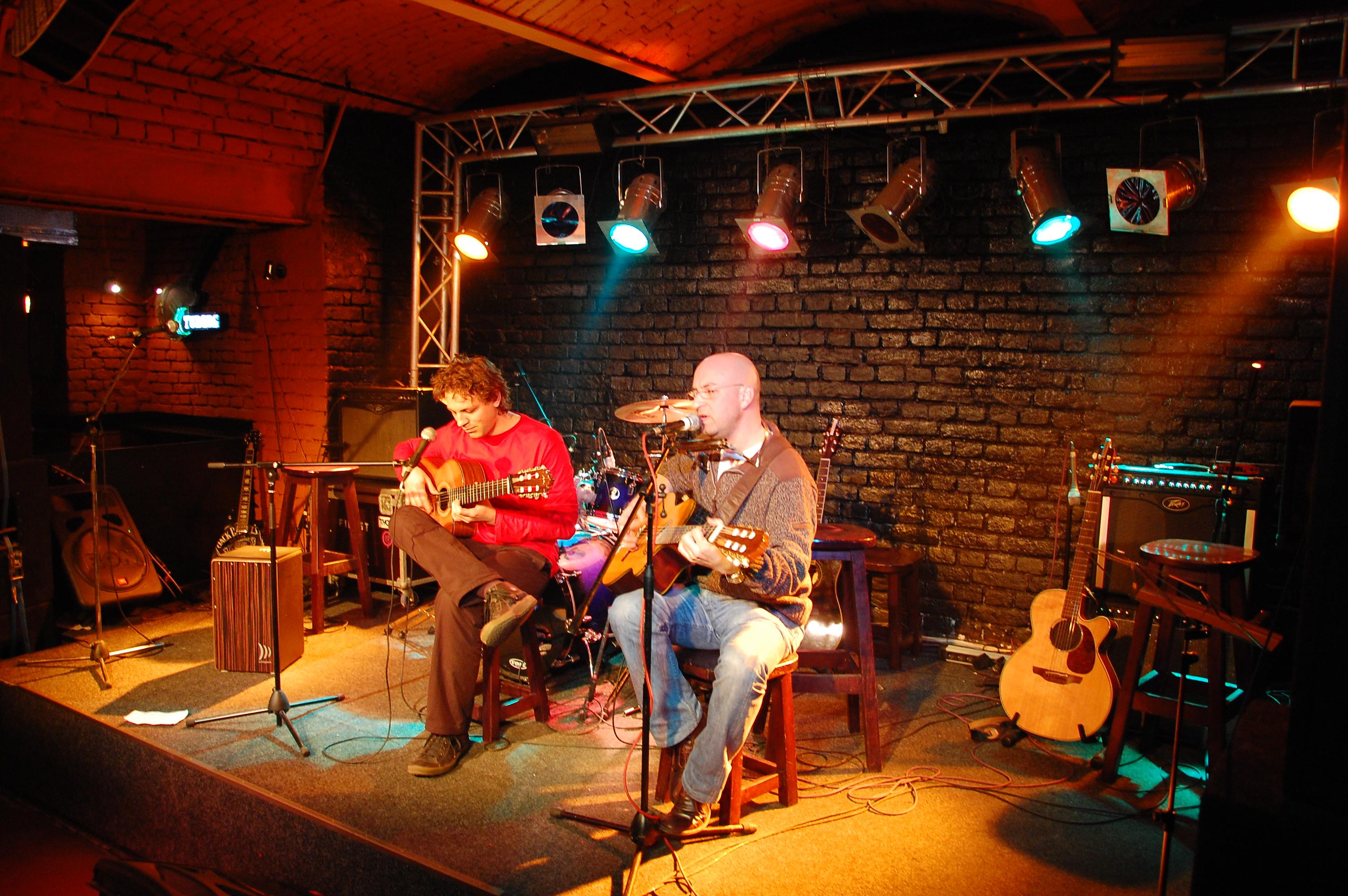 Improvizaţii de iarnă flamenco-pop-rock – asta promit târgumureşenilor artiştii Ovidiu Scridon şi Silvan Stăncel.
