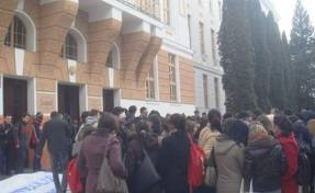 Studenţii români de la UMF Tg. Mureş au protestat astăzi împotriva înfiinţării unei facultăţi de medicină în limba maghiară.