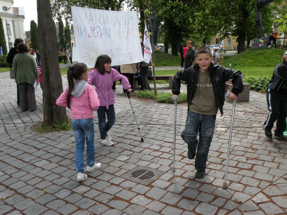 Sute de copii din Miercurea Ciuc au participat, astăzi, la o acţiune de sensibilizare faţă de problemelor persoanelor cu dizabilităţi.