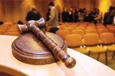 Proxenetul de la Judecătoria Reghin va fi judecat în libertate.