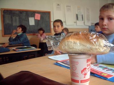 În Harghita elevii vor primi laptele şi cornul la mijlocul lunii octombrie