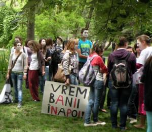 Peste 300 de elevi  de la patru licee din Târgu Secuiesc  au protestat, azi, cerând decontarea navetei