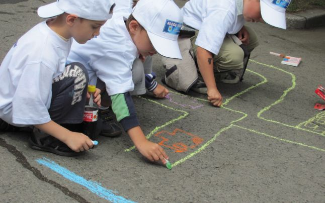 Peste 600 de copii au aşternut, la Târgu-Mureş, cele mai frumoase poveşti desenate pe asfalt