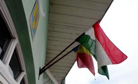 Primarul comunei harghitene Mădăraş, Biro Laszlo, a primit, astăzi,o nouă amendă, în valoare de 9000 lei, pentru arborarea steagului Ungariei