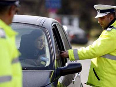 Poliţiştii au aplicat ieri peste 9.500 de sancţiuni contravenţionale