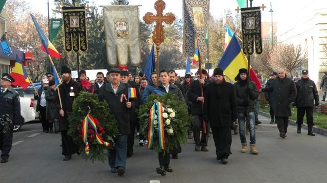 Un grup de tineri maghiari au protestat, azi, în centrul municipiului Sfântu Gheorghe faţă de prezenţa reprezentanţilor Noii Drepte la manifestările prilejuite de Ziua Naţională a României, cele două grupuri fiind separate de un cordon de jandarmi