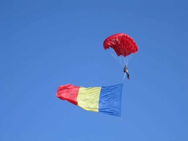 La Tg.Mureş, multiplul campion naţional la paraşutism, sergentul major Gabriel Pop, din cadrul Batalionului 1 Operaţii Speciale din Târgu Mureş, a executat un salt cu aterizare la punct fix chiar în mijlocul mulţimii care sărbătorea Ziua Naţională, având asupra sa un drapel uriaş al României