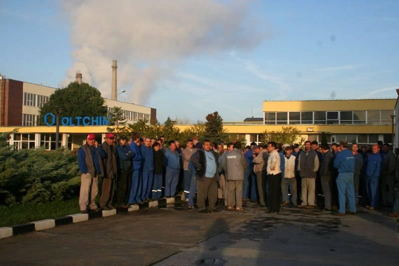 Aproximativ 150 de salariaţi ai Oltchim protestează azi în faţa sediului companiei