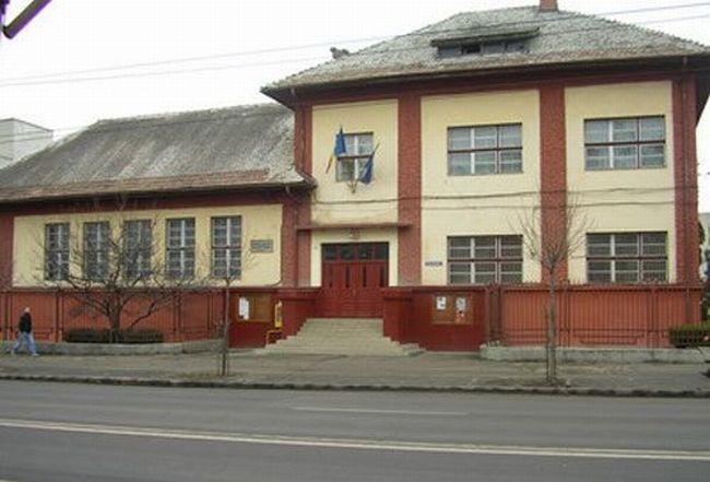 """Colegiul Național de Informatică """"Grigore Moisil"""" din Brașov a primit de Moș Nicolae primul lot de 25 de calculatoare din cele 65 cu care va fi dotată prestigioasa instituție de învățământ brașoveană"""
