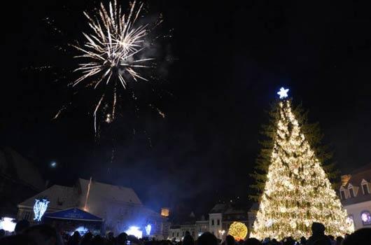 Câteva mii de braşoveni şi turişti s-au adunat în noaptea dintre ani în Piaţa Sfatului din Braşov pentru a asista la spectacolul pregătit pentru ei, au înălţat lampioane, au încins hore, au ciocnit cupe de şampanie şi s-au bucurat de spectacolul de artificii