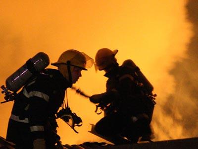 Trei cetăţeni din Sibiu au fost evacuaţi de pompieri