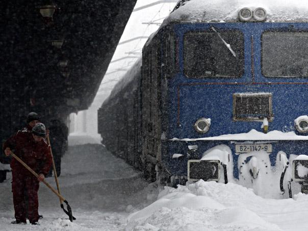 Un număr de 182 de trenuri sunt anulate din cauza condiţiilor meteo nefavorabile, iar pe opt linii ferate circulaţia este restricţionată, în urma formării de suluri de zăpadă – potrivit site-ul Ministerului Transporturilor