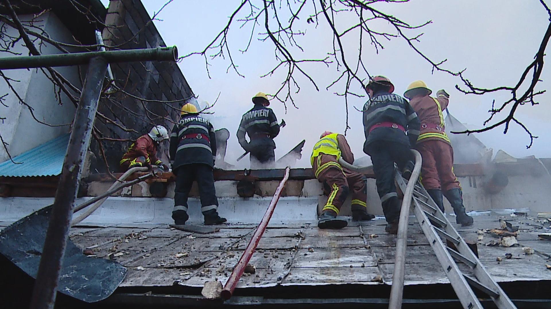 Pompierii mureşeni au intervenit, aseară, 6 ore pentru stingerea unui incendiu în Reghin