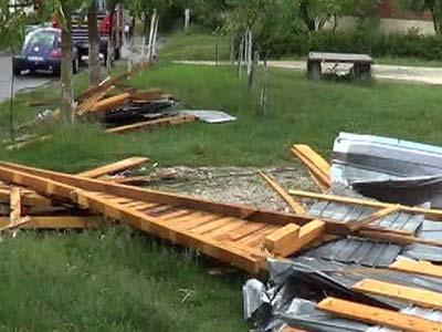 Vântul puternic a făcut pagube la Brașov. Municipiul a fost afectat seara trecută, dar şi pe parcursul nopţii de rafale foarte puternice de vânt