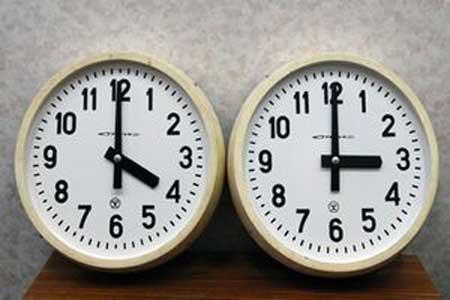 România trece în această noaptea la ora oficială de vară, ceasurile urmând să fie date înainte cu o oră – astfel că ora 3.00 va deveni ora 4.00