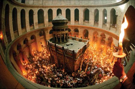 Sfânta Lumină de la Ierusalim s-a aprins azi, în jurul orei 14.18, şi a fost împărţită clericilor şi credincioşilor aflaţi în Biserica Învierii care adăposteşte Sfântul Mormânt