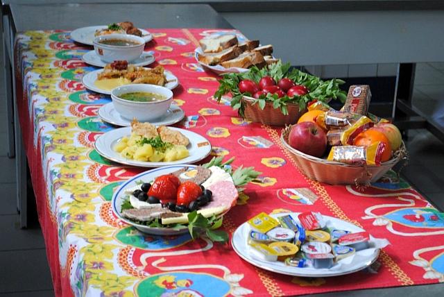 Bolnavii internați la Spitalul Județean din Brașov au avut parte astăzi de o masă tradițională de Paște