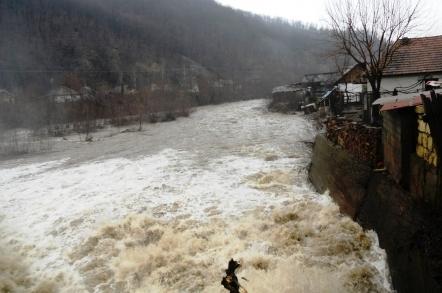 Cod portocaliu de inundaţii pe râuri din 8 judeţe din sudul şi sud-vestul ţării