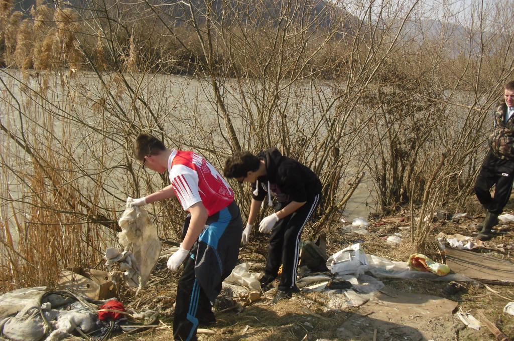 Peste 2.000 de voluntari  harghiteni participă, azi, la o amplă acţiune de salubrizare a malurilor râului Olt şi a afluenţilor săi, care va continua şi zilele următoare