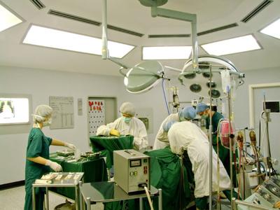 Medici arestaţi în dosarul operaţiilor estetice ilegale