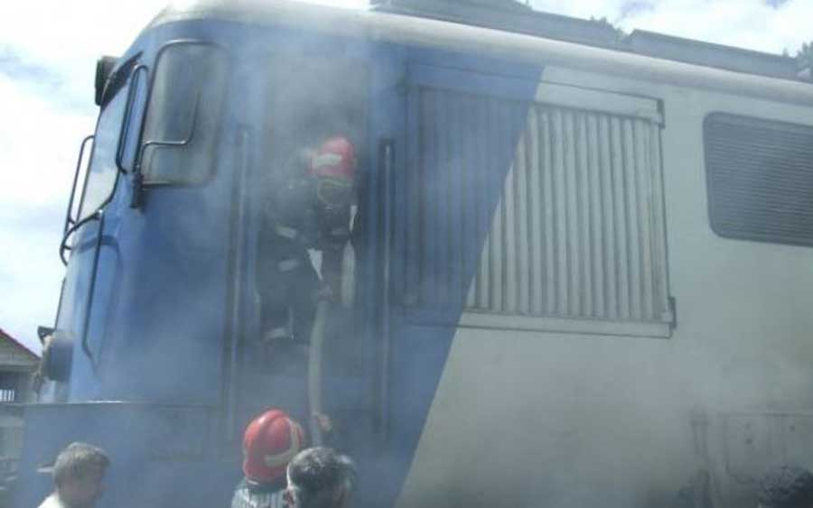 Locomotiva unui tren de călători a luat foc în urmă cu puţin timp în Gara din municipiul Reghin