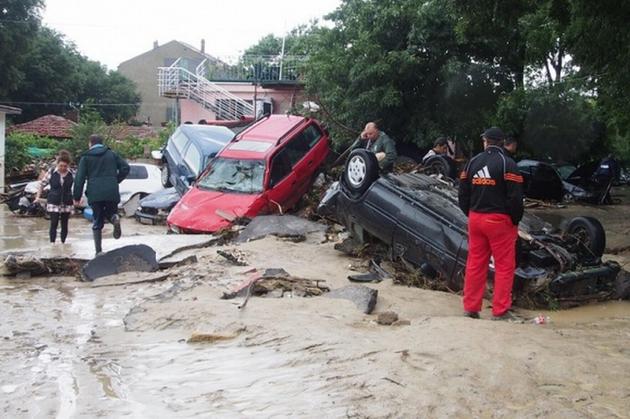 Un autocar şi mai multe autoplatforme vor aduce în ţară 30 de turişti români şi opt maşini avariate din staţiunea bulgară Albena, grav afectată de inundaţiile din ultimele zile