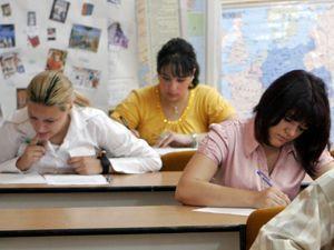 Peste 9 mii 9 sute de candidaţi dau astăzi proba scrisă a examenului de definitivat