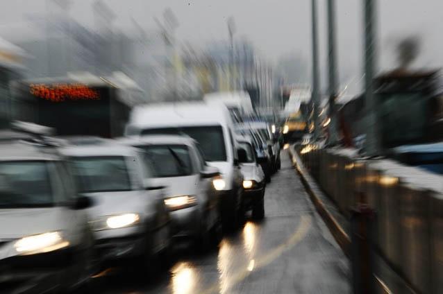 Pe mai multe drumuri naţionale şi judeţene circulaţia rutieră este îngreunată