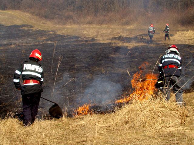 4 incendii de vegetaţie uscată în Mureş în doar 13 ore