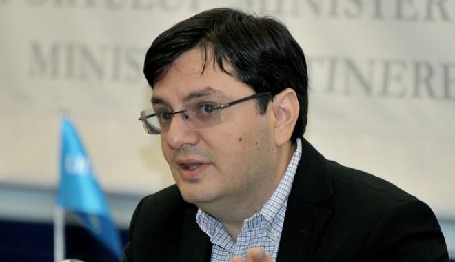 Ministrul Sănătăţii, Nicolae Bănicioiu, a declarat , azi, că în cazul săpunului lichid contaminat cu bacteria Serratia producătorul, o firmă din Târgu Mureş, 'va plăti', precizând că produsul a fost retras din toate unităţile sanitare