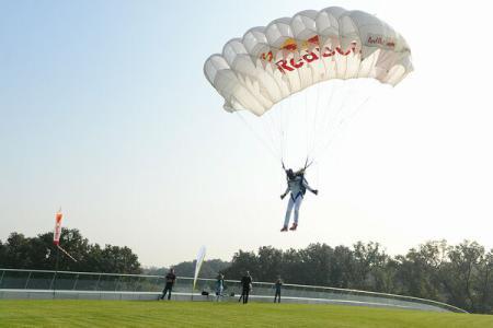 Sosirea lui Baumgartner în România-anuntată prin saritură cu paraşuta