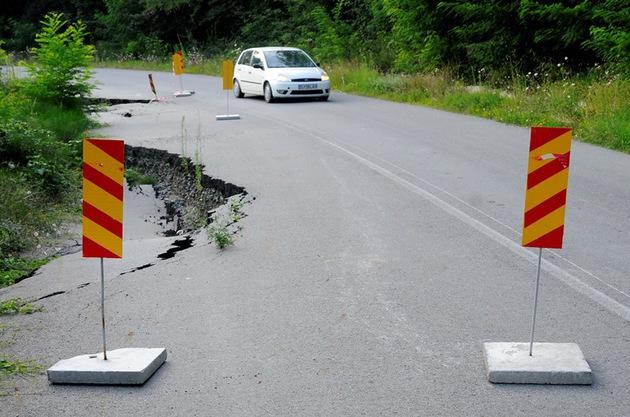 Alunecare de teren pe DN10 Buzău-Braşov, în zona Siriu, la kilometrul 81