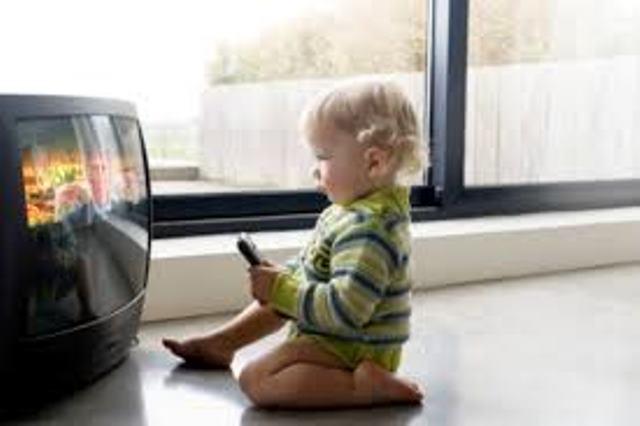 Copiii sub vârsta de 4 ani nu trebuie să se uite la televizor