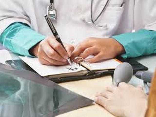 Medicii angajaţi cu contract de muncă în spitalele publice intră în categoria funcţionarilor publici