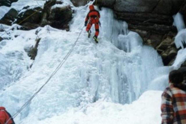 Cei doi tineri rămaşi blocaţi pe un versant din Masivul Bucegi au fost salvaţi de salvamontiştii din Buşteni