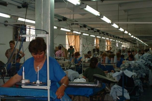 Aproape jumătate dintre locurile de muncă vacante din judeţul Harghita sunt în industria textilă