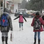 elevi-scoala-strada-iarna