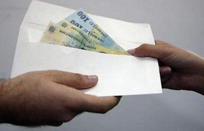 Un medic cercetat pentru fapte de corupţie a solicitat restituirea unei părţi din banii confiscaţi
