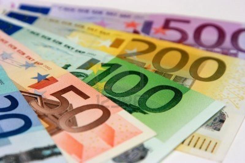 2447844-les-billets-en-euros-close-up-avec-une-faible-profondeur-de-champ-se-concentrer-sur-le-billet-de-100